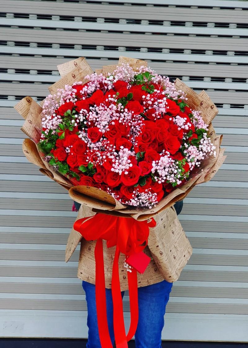 Bó hoa hồng đỏ và babi hà lan