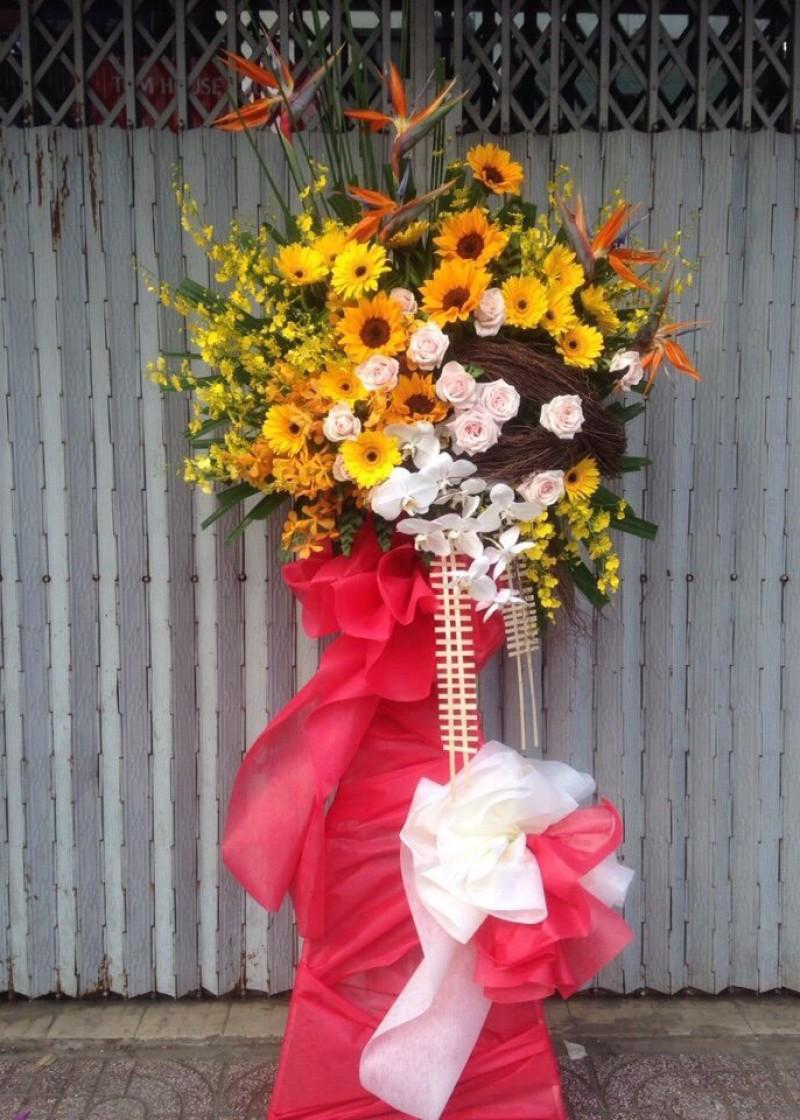 Kệ hoa hướng dương và hoa hồng